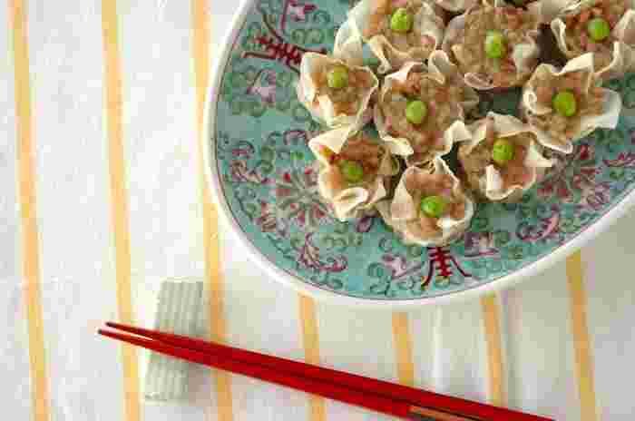 材料を順々に加えよく混ぜ合わせた後は、冷蔵庫で冷やし固めると皮にあんを詰める作業がスムーズに! 仕上がりのポイントは、竹串を焼売の中央まで刺し、竹串を唇等に当て温かければOK!そのままで食べるのは勿論、お好みで練りカラシやXOジャン、しょうゆ等お好みの調味料で召し上がれ。