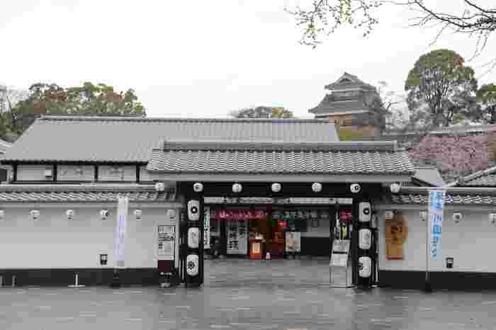 熊本城の麓の桜の馬場にある「城彩苑」。熊本城・市役所前電停から歩いて行けます。桜の小路には23店舗があり、熊本のグルメやお土産などが揃っています。熊本城ミュージアムわくわく座では、熊本城の歴史を体験しながら楽しく学べます。