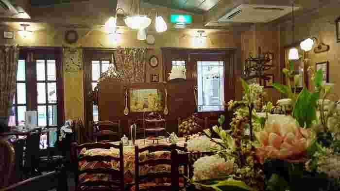 本格的な英国喫茶である「西洋茶館」。内装もアンティークなイギリスの邸宅を思わせますね。