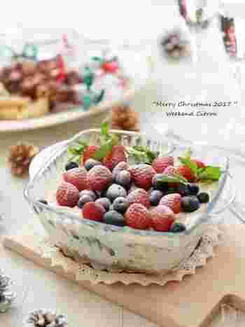 クリームとフルーツを重ねて作るスコップケーキ。クリームには水切りヨーグルトを使っているのでヘルシーに仕上がります。フルーツはいちごだけでも◎たくさん入れると豪華な印象に。