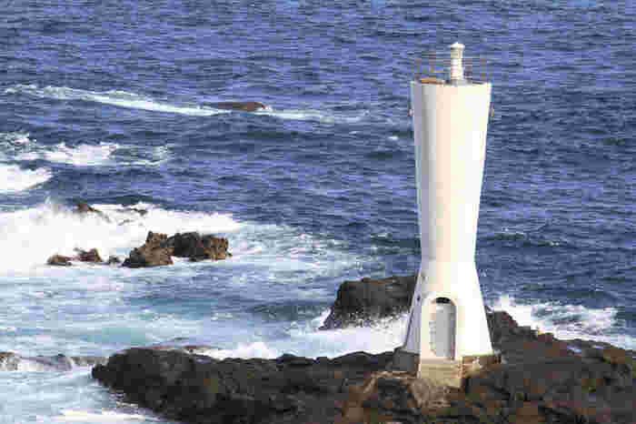 安房崎は、三浦半島先端にある城ヶ島の東端に位置する岬。 その岬のさらに先端にあるのが、安房崎灯台です。その歴史は古く、昭和37年に初点灯されて以来、海の安全を守り続けてきた灯台。岬全体がゴツゴツとした岩場になっているので、磯遊びや釣りを楽しむことが出来ます。