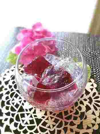 ちょっぴり大人っぽい色合いのこちらは、赤シソジュースを使った紫陽花ゼリー。大人のティータイムにピッタリ!