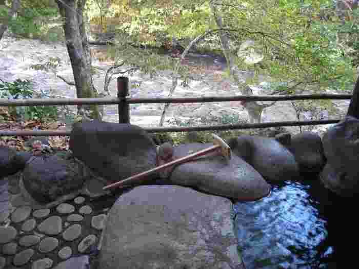 大分にある温泉地は60ヵ所以上。天然の入浴剤「湯の花」で有名な明礬温泉、河原の露天風呂が楽しめる天ケ瀬温泉、日本3大薬湯の一つとして知られる塚原温泉など、どれも個性的で温泉巡りを飽きさせません。