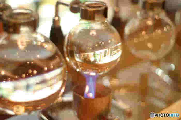 熱源がアルコールランプのサイフォンです。電気と違いスイッチ一つで加熱とはいかないので、ライターやマッチなどで着火して使用します。