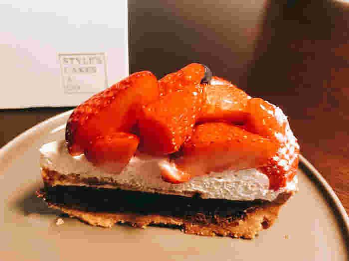 スタイルズケイクス&カンパニーのタルトは、ザクザクとした厚めの生地が特徴。やや硬めで食べ応えもあります。季節限定の甘酸っぱい「苺のタルト」には、濃厚なチョコレートの層も!一度食べたら、きっとリピートしたくなる味です。