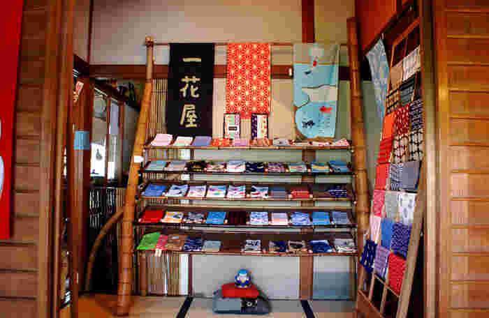 こちらは手ぬぐいカフェなので、店内には様々な種類の手ぬぐいが販売されています。鎌倉土産にもピッタリですね。