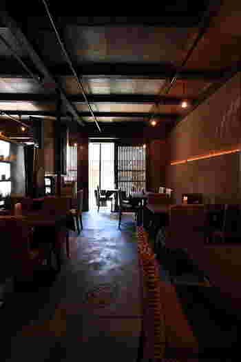 「ten」は、陶房『羅工房』のプロデュースによるカフェ。籐家具や籐小物を用いたアジアンテイストの店内は、京町家の造りと相まって上品で落ち着いた雰囲気。店内には、陶ギャラリー・雑貨ショップが併設。