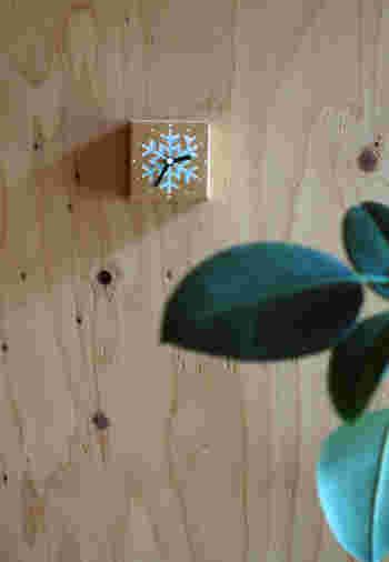 この季節にふさわしい雪の結晶を描いた、ダンボールでできた箱型の掛け時計です。 素朴な作りがナチュラルな風合いを醸し出しています。洗面所やキッチンなど、時計があったら便利だなと思ったところに気軽に付けられるのも嬉しいですね。