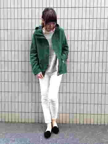 こちらは爽やかな白スキニーが印象的な大人カジュアル。マウンテンパーカーの深みのあるグリーンが、ナチュラルな雰囲気で素敵ですね。足元はオペラパンプスを合わせることで、コーディネート全体がより女性らしくて上品な印象に仕上がります。