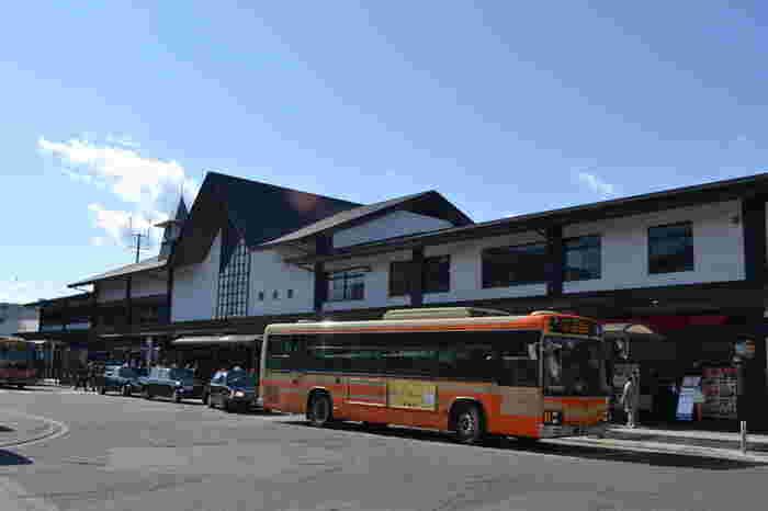 鎌倉といってまずやってくるのがここJR・江ノ島電鉄の「鎌倉駅」。駅周辺には、観光客で賑わう小町通りや若宮大路があります。