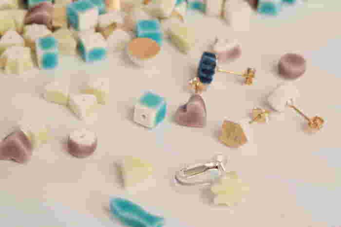 磁器と釉薬の魅力を掛け合わせ、オリジナルハンドメイドジュエリーを作り出す、POR-CERA(ポルセラ)。一つ一つ手作業で削り出されたキューブのようなパーツに、釉薬の美しい色が調和し、繊細で可憐な印象を添えてくれます。