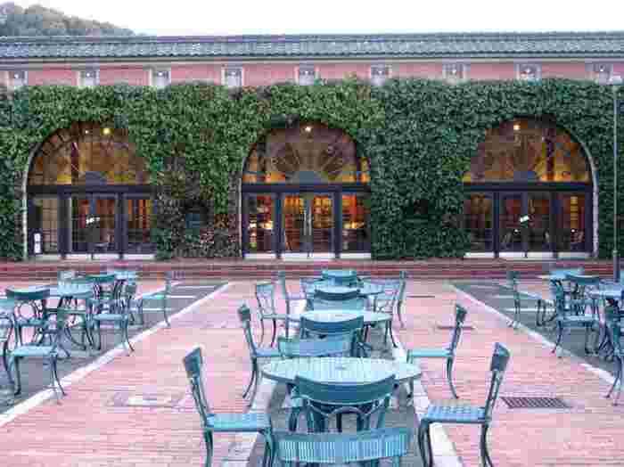 """「倉敷アイビースクエア」の""""アイビー""""は、赤い煉瓦塀に絡まる蔦(アイビー)から。そして""""スクエア""""は、広々としたスクエア状の中庭広場から付けられた名前です。大正期に建てられた紡績工場事務所を改装した「オルゴールミュゼメタセコイア」では、""""アンティークオルゴールを一同に集めコンサートを楽しむ博物館""""です。オルゴールの音は、穏やかで心癒される音色。""""素敵な""""音色を耳に残せば、旅の記憶も一層深くなるはず。  スクエア内には、他に陶芸教室やカルチャー教室、展示やショップ等も入っています。「愛美工房売店」では、作家物の陶器やガラスの他、アイビースクエアオリジナルのグッズ類、倉敷ブランドの「倉敷いぐさ」等が販売されています。"""