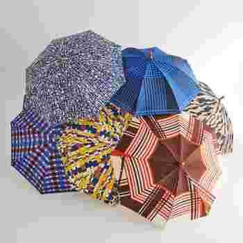 お馴染みのアンブレラバンブーは日傘もあります。その名も『パラソルバンブー』。持ち手はストレートのバンブーに革紐が付いた、リゾートテイスト。新作のレトロプリント柄は大人の装いにもぴったりな日傘です。