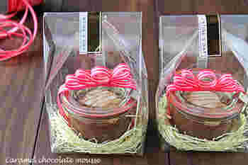 WECKの保存瓶でムースなどのお菓子を作り、瓶のまま透明な袋に入れてラッピング。リボンのアクセントが華やかですね♪