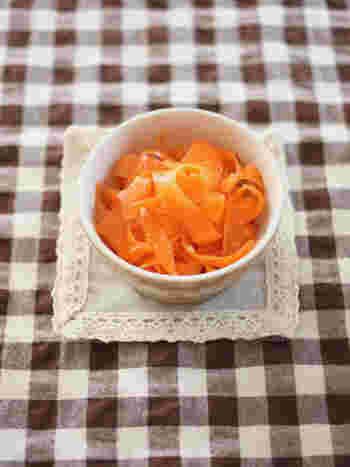 ピーラーで薄くスライスしたにんじんを塩こうじとレモンで和えたさっぱりとしたサラダです。彩りが美しいので、付け合わせとしても大活躍してくれるレシピですね。