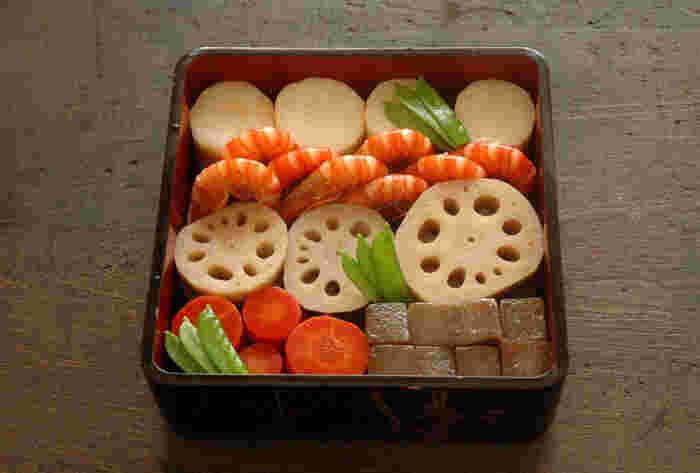 """おせち料理は日本の伝統的なお正月料理ですが、もともとは五月五日の「端午の節句」や九月九日の「重陽」など、一年に5回ある""""五節句""""の日に神様にお供えしていた料理でした。五節句の中でもとくに「正月」は一年の最も重要な節目であるため、やがてお正月にふるまわれる料理だけを『おせち料理』と呼ぶようになったそうです。"""