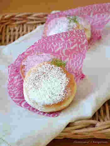 シンプル甘くない生地に粉砂糖をふっていただくドーナツ。究極のふわふわドーナツは、作っているときから生地にさわるのが楽しい!ティータイムにいかがでしょう?