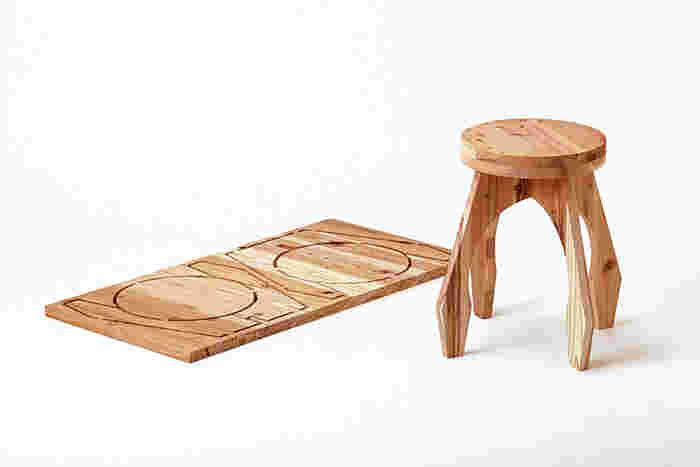 椅子としても、また花台や電話台などちょっとした小物を置くための台としても使えます。脚部がしっかりとした造りなので、かわいらしい見た目に反して安定感ある座り心地。