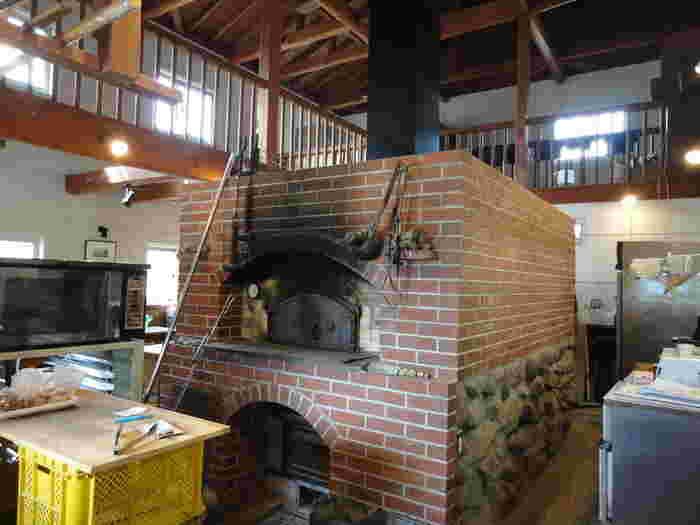 お店の真ん中に大きな薪窯。ここまで大きなサイズは、なかなか見ることがありませんよね。こちらはオーナー家族の共同作業で作られたオンリーワンの釜です。