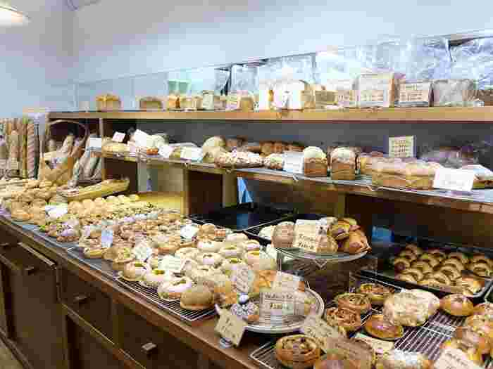 ベーグルにフランスパンにパーネ・トスカーノ。実に100種類以上ものパンが揃えられています。