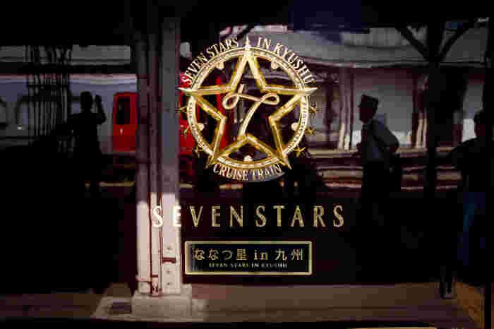 ななつ星という列車の名前は、「九州の7つの県」・「九州の7つの観光素材」・「7両編成の客車」が由来になっています。