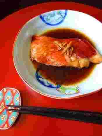 おめでたい席に似あう金目鯛の煮付け。調味料はごくシンプルに、少なめの煮汁で調理します。程よく脂がのった身の美味しさを存分に堪能できる一品です。