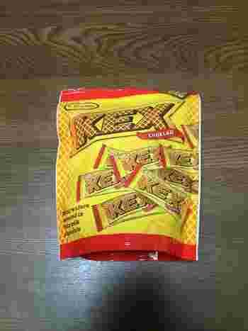 こちらもスウェーデンでもっともポピュラーなチョコ・KEX(ケックス)です。  ごく普通のウエハースチョコなのですが、少し塩気のある絶妙な甘みとクリスピー食感で一度食べるとクセになるような味わいです。  板チョコバージョンもありますので、気になった方はぜひ一度食べてみてくださいね。 きっとクセになっちゃいますよ。