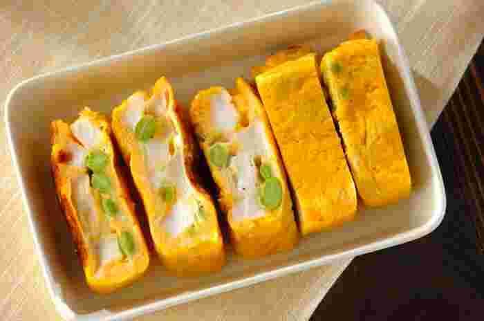 卵焼きにはんぺんと枝豆を入れた一品です。はんぺんの主原料は魚のすり身なのでとってもヘルシー。良質なたんぱく質が一辺に3種類も摂取できますよ。ダイエット時のメイン料理にもおすすめです。はんぺんの代わりにカニカマを入れると見た目も鮮やかになりますね。