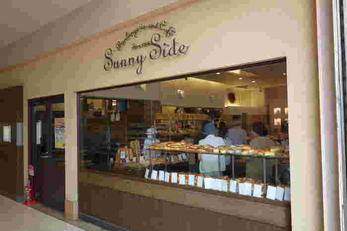 サニーサイド吹田南千里本店は、阪急電鉄「大阪梅田」駅から、阪急電鉄千里線を使って約20分で到着する「南千里」駅に直結した商業施設内にあるパン屋さんです。