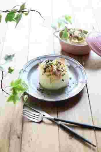 主役のような存在感をもつ副菜、まるごと玉ねぎのステーキ。レンジを使って、簡単にできます。ポン酢の爽やかさに、バターのコクをプラスした味付けがくせになります。