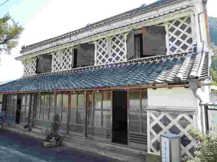 伊豆文邸は、明治43年に建築されたなまこ壁の町屋建物です。かつて呉服商を営んでいた伊豆文邸は、現在、無料の休憩所として一般開放されています。