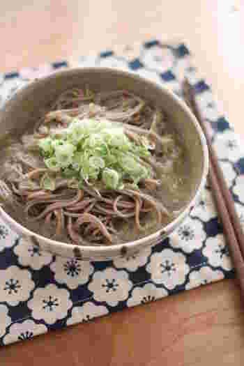 しょうがとレンコンという、根菜の美味しさが詰まった一品。しょうがだけでなくレンコンも摩り下ろして、とろみをプラス。なめらかなのど越しで、さらっと食べれます。蕎麦は冷水でしめた後に熱湯にくぐらせて、アツアツで食べるのがおすすめ。