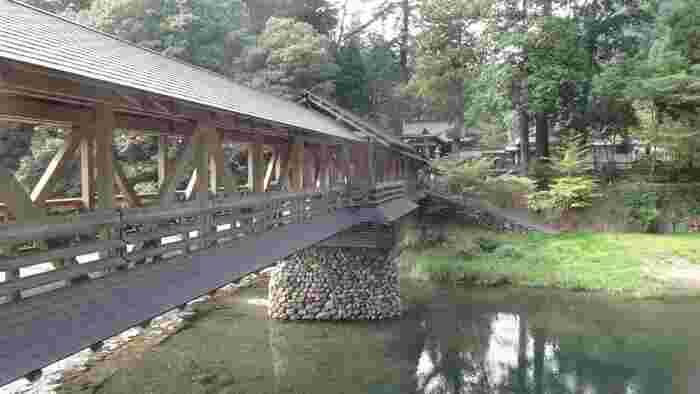 川には立派な木造の御幸橋が架かっており、趣がありますね。