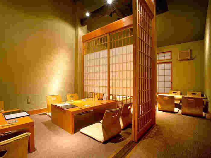 店内は、木目を基調とした、ゆったりとしたお座敷が広がります。カウンター席もあるので、シーンに合わせて選ぶことができます。