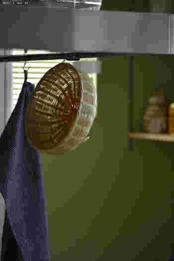 拭きあげたら、カゴとタオルはきちんと乾かして。こうすれば菌やニオイも気になりません♪  せっかくの収納アイテムもそこに片付けなければ意味がないはず。ちょっとした工夫で、片付けが習慣化すればすっきりしたキッチンを実現できますよ。