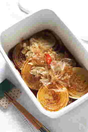輪切りにした玉ねぎをフライパンで焼き、めんつゆに浸して簡単にできるレシピ。作り置きできます。