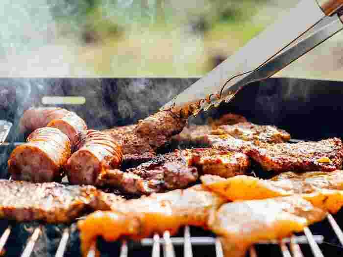 アウトドア料理は、いつもとは違う開放的な雰囲気もごちそう。BBQでは、厚切りのお肉を豪快に焼いてみるのも炭火ならではですし、またお肉だけでなく、チーズフォンデュやアヒージョなどをグリルで仕上げたり、おしゃれなアイデアも素敵!BBQを楽しく進化させましょう♪