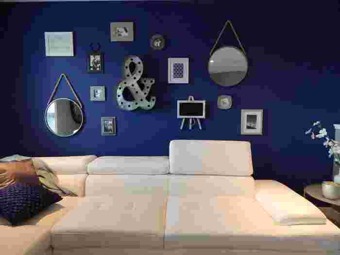 大人感漂うシックなネイビー。オフホワイトのソファと合わせると清潔感もあり、シックでモダンな空間作りにぴったり。