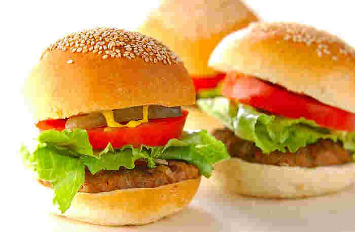 ピクルスを使った料理といえば、ぱっと思い浮かぶのはハンバーガーではないでしょうか。きゅうりのピクルスだけじゃなく、自家製だからこそ楽しめる冬野菜のピクルスを使ったオリジナルバーガーを作ってみてはいかがでしょうか。