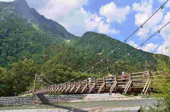 河童橋から約1時間、自然の中を歩いたところにある明神橋は、河童橋付近より観光客が少なく、静かに明神岳と梓川を眺められますよ。河童橋付近の景観も美しいですが、喧騒を離れて静かに過ごしたい人はここまで頑張って歩いてみましょう。