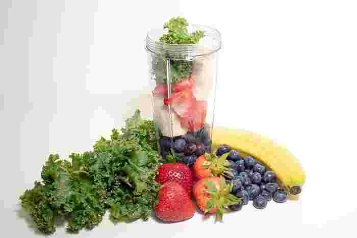スムージーも、手軽に口にできる朝食として人気ですが、味の調節に果物を多く入れてしまうと、糖質が多くなってしまいます。また、冷たい飲みものは身体も冷やすので、材料や量を調整してくださいね。