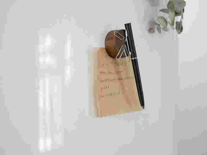 こんなマグネットキーパーを使うと、ペン以外にクリップやメモも一緒にしておくことができます。 冷蔵庫に付けておけば、買い物リストを書いたり、レシピを書き留めておくときも活躍。  温かみのある木製タイプは、空間になじみます。