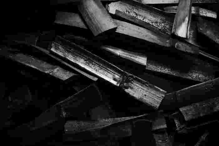 竹炭には、消臭効果や除湿効果があります。それは、竹炭に無数に開いたミクロの穴が、匂いの元や湿気を吸着してくれるからと言われています。また、ミネラルが豊富に含まれた竹炭は、美容や健康にも良いとされています。