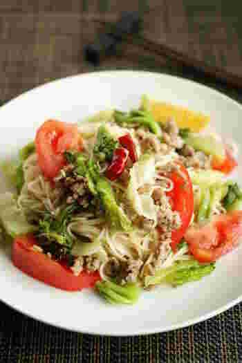 野菜たっぷりのそうめんチャンプルーにナンプラーを足してエスニック風味に。  サラダ野菜は火を通す時間も少なくて済むので暑い日のお助けメニューとしても活躍してくれます。