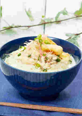 水を使わず、鶏もも肉から出るだしと牛乳で、調味料を加えて煮込むにゅうめんです。素麺は別茹でで♪