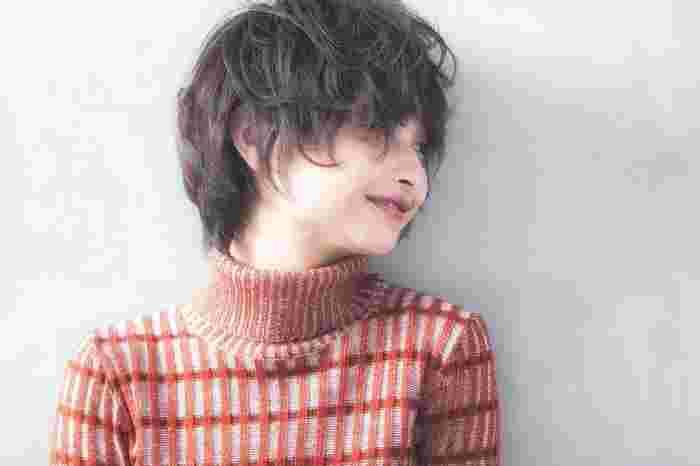 くしゅっとさせたボーイッシュなショートヘアも、プラムカラーのリップで女性らしさがアップ! 暖色のタートルニットにもよく似合っています。