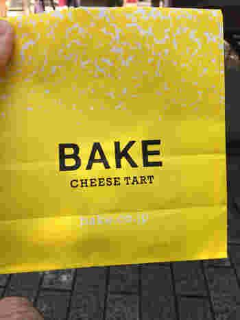 このパッケージに見覚えのある方も多いでしょうか?国内に15店舗ある「ベイク チーズ タルト」、お店の前を通ると「なんでこここんなに並んでいるの?」と疑問に思い、つい並んでしまう。そしてそのチーズタルトを一度食べてしまうと、虜になって、また並んでしまう…。