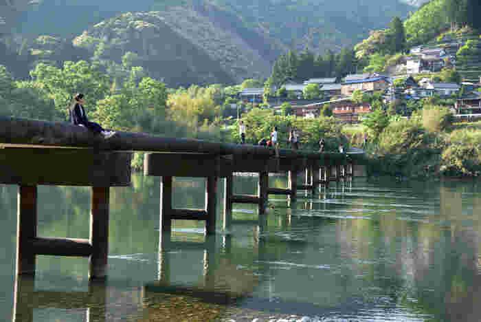 四万十川の沈下橋とは、増水時に川に沈んでしまうように設計された欄干のない橋のことを言います。緑の山々に囲まれた四万十川と沈下橋という風景は、高知県に来たなら是非とも訪れたいスポットです。四万十市内だけでも、深木、高瀬、勝間、口屋内、岩間、長生、中半家、半家と8つの沈下橋があり、四万十川らしい、川と人との関わりの感じられる風景を楽しむことができます。