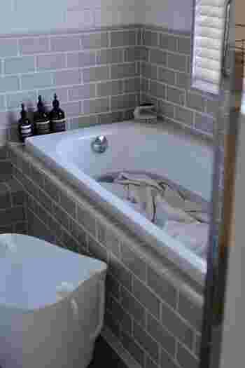 洗濯機に入らない大きなラグなどは浴室で洗います。浴槽にお湯を溜め、おしゃれ着用の中性洗剤を入れて踏み洗い。シャワーをかけてすすいだら、浴槽の縁にかけて水を切ります。その後、しっかり乾燥するまで屋外で干しましょう。