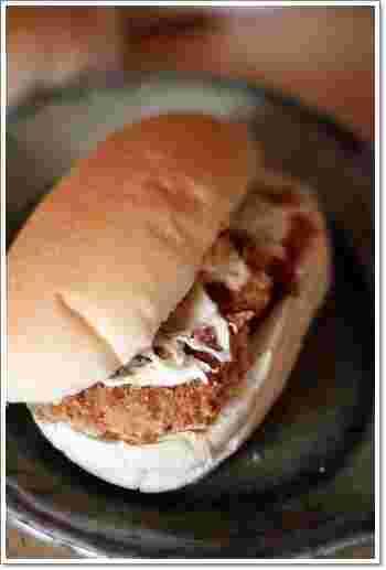 吉田パンオリジナルの「ハムカツ」。分厚いハムカツとたっぷりのキャベツが食べごたえありそうです。
